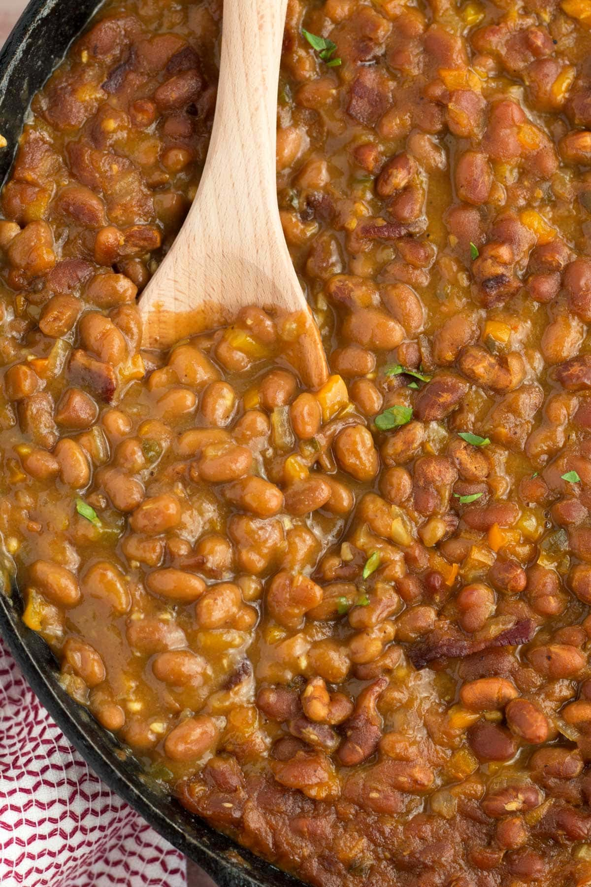 Canned beans in a thick and rich sauce flavored with bacon, pepper, onions, and garlic.